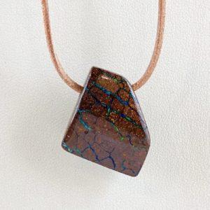 Boulderopal, Opal in Muttergestein, gebohrter Stein, Steinanhänger, Australien
