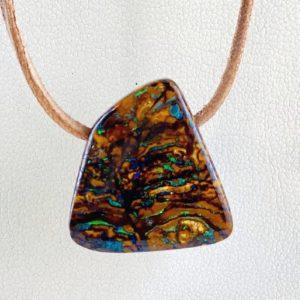 Opal im Muttergestein, Boulderopal, gebohrter Stein, Steinanhänger