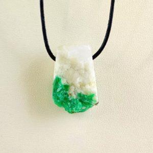 Smaragd in Muttergestein, Brasilien, gebohrter Stein, Heilstein, Steinanhänger