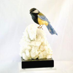 Vogel, Meise, Blaumeise, Tierfigur aus Stein, Blauquarz, Calcit, Serpentin auf Dolomit, Steinfigur